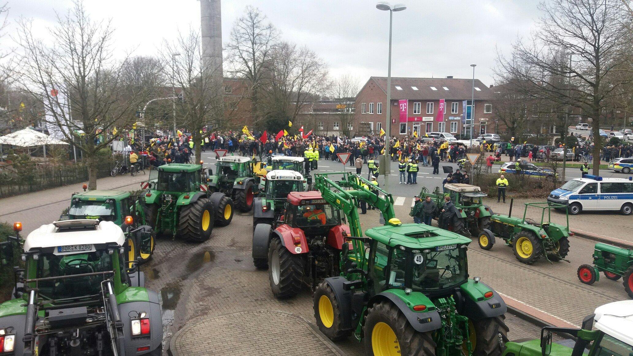 Die Traktoren der 80 Landwirte aus Ahaus und Umgebung
