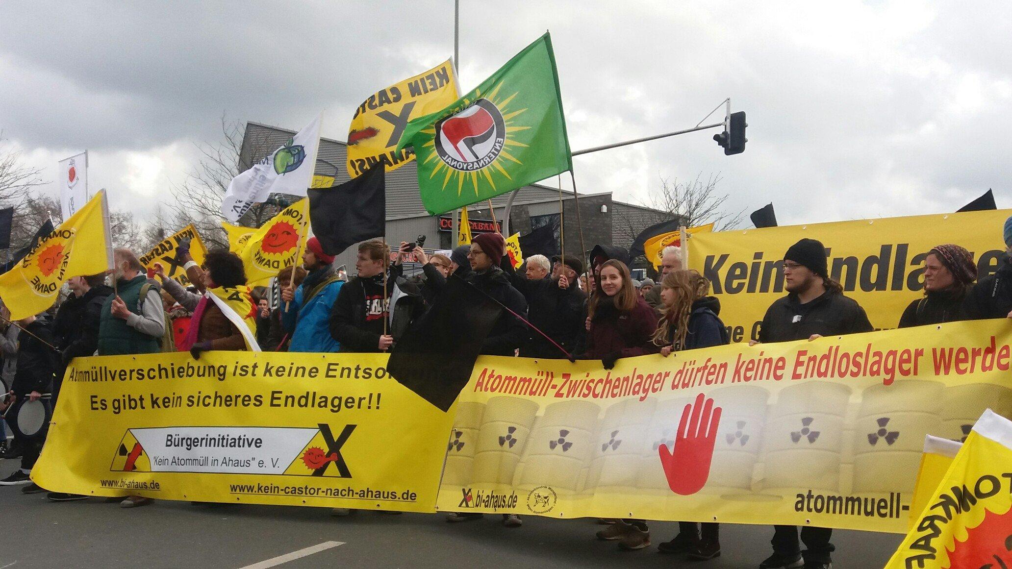 Demonstranten ziehen mit Transparenten, Fahnen und Schildern durch Ahaus.